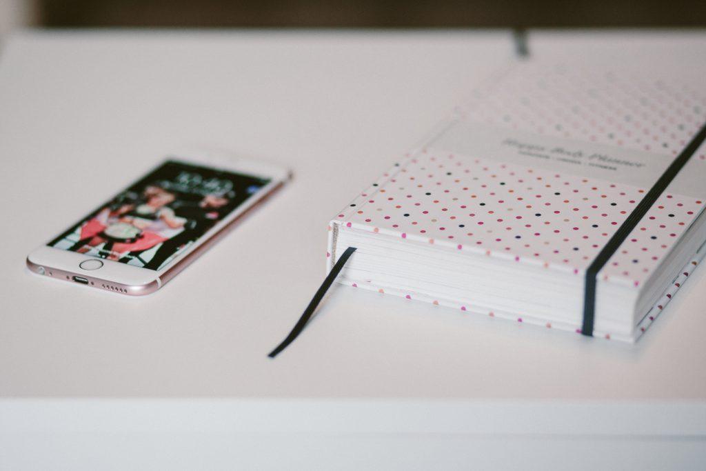 iphone and planner 2 1024x683 Ostéopathie À Domicile Avec Clinique Go