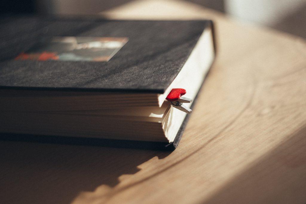 Heart clip bookmark - free stock photo