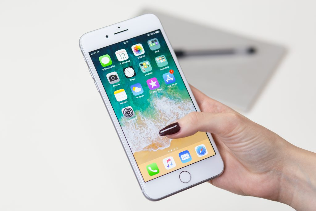 iPhone 8 Plus in female hand - free stock photo