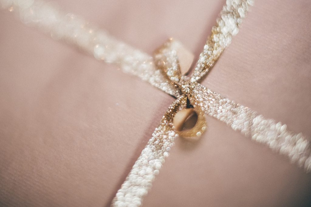 Gold Christmas gift blurred - free stock photo