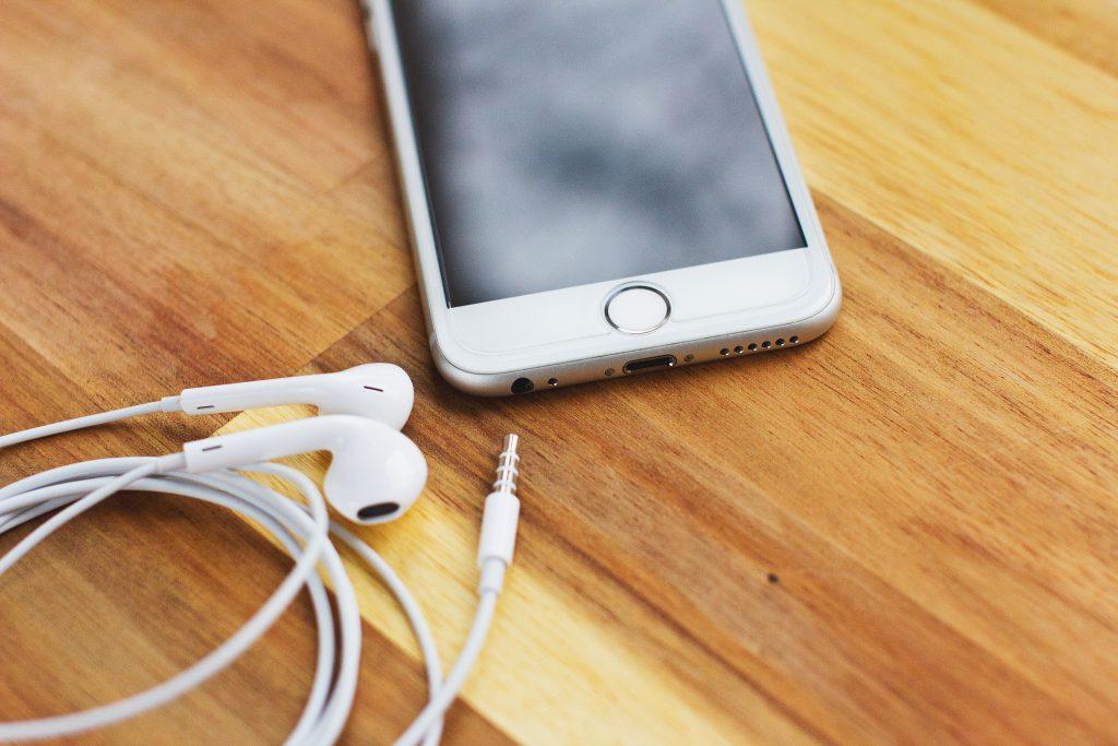 iPhone 6s with headphones 2 - free stock photo