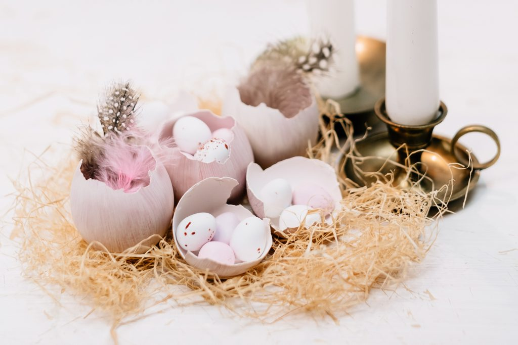 Egg shells Easter table decoration with candles closeup - free stock photo
